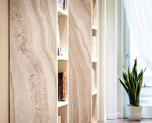 scaffali con effetto marmo travertino